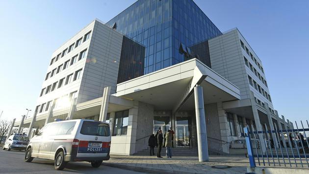 In diesem Gebäude in Wien-Liesing kam es zu der tödlichen Messerattacke. (Bild: APA/HERBERT P.OCZERET)