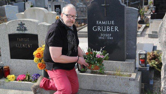 Gerhard Gruber am Grab seiner Mutter, von deren Tod er erst nach zwei Monaten informiert wurde. (Bild: Helmut Horvath)