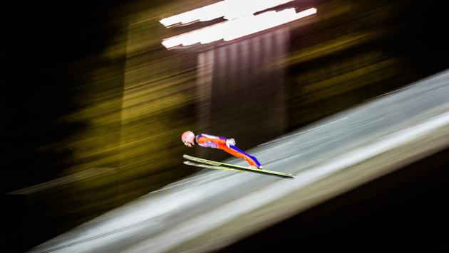 Stefan Kraft ist neuer Gesamtweltcup-Leader (Bild: APA/EPA/MARKKU OJALA)