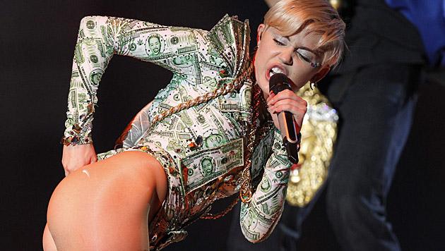Miley Cyrus schimpfte live auf der Bühne gegen ihren Ex Liam Hemsworth. (Bild: APA/EPA/KIKO HUESCA)