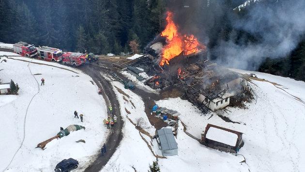 Das Gebäude wurde ein Raub der Flammen. (Bild: APA/ZEITUNGSFOTO.AT)