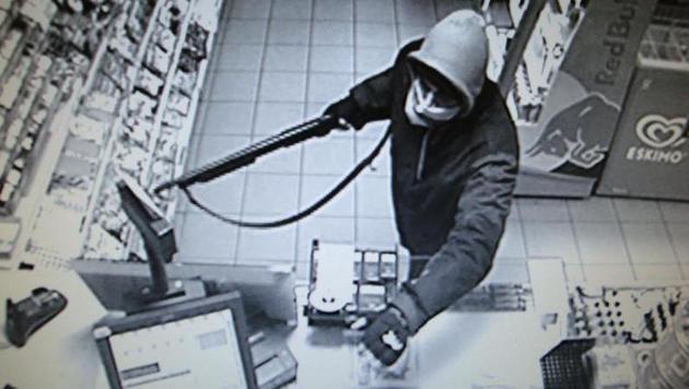 Mit einer Pumpgun bewaffnet überfiel der Freigänger eine Tankstelle. (Bild: LPD NÖ)
