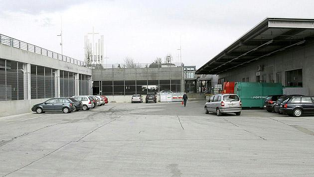 Auf diesem Parkplatz gelang der entführten Frau später die Flucht. (Bild: APA/GERT EGGENBERGER)
