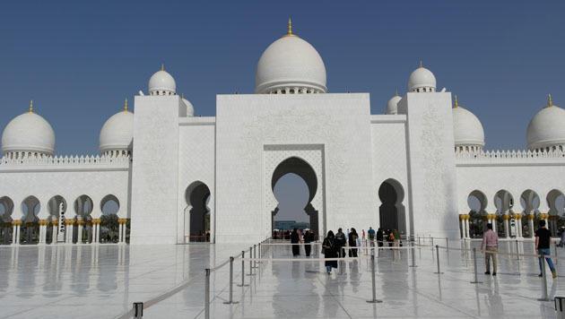 Metropole in der Stille der Wüste: Abu Dhabi (Bild: flickr.com/KLMircea)