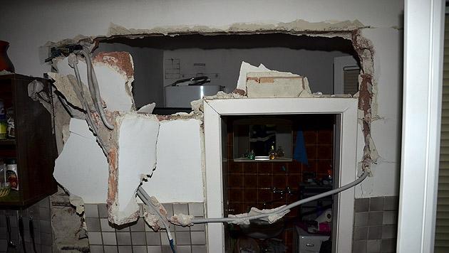 Durch die Verpuffung wurde die Küchenwand beinahe niedergerissen. (Bild: MA 68 Lichtbildstelle)