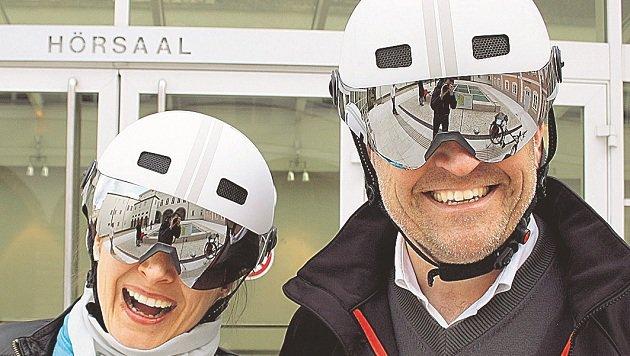 Martina Berthold und Franz Kok haben die neuen Helme schon getestet. (Bild: Land Salzburg)