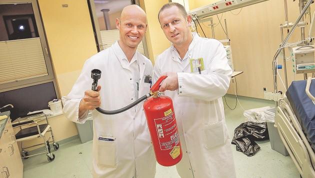 Internist Dr. Johannes Weilhartner und  Dr. Wolfgang Hufnagl griffen zum Feuerlöscher. (Bild: Markus Tschepp)