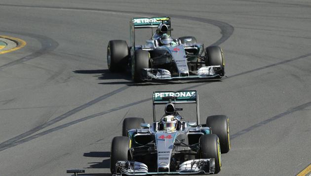 Lewis Hamilton (vorne) und Nico Rosberg (Bild: AP)