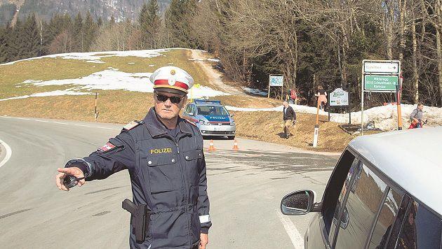 Schon ab dem Gasthaus Mitteregg sperrt die Polzei die Zufahrt auf den Gaisberg. (Bild: Franz Neumayr)