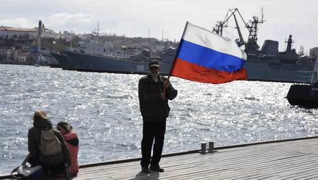 In der Hafenstadt Sewastopol auf der Krim weht die russische Flagge. (Bild: AP)