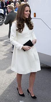 """Im weißen Mantel besuchte Herzogin Kate das Set der Serie """"Downton Abbey"""" am 12. März. (Bild: AFP)"""