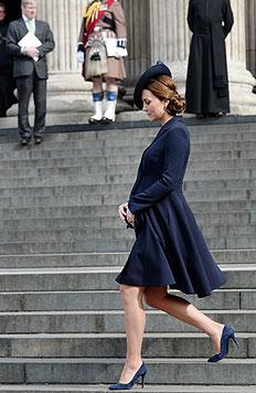 Herzogin Catherine auf der Treppe der St.-Pauls-Kathedrale am 13. März (Bild: EPA)