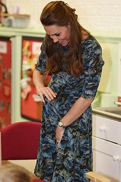 Beim Besuch eines Kinderzentrums im Februar trägt Herzogin Kate ein bequemes Umstandskleid. (Bild: AP)