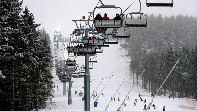 Kind st�rzt von Lift - von Skifahrern aufgefangen (Bild: APA/dpa/Peter Steffen (Symbolbild))