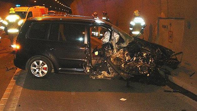 Der betrunkene Schüler wurde beim Unfall verletzt, das Auto völlig zerstört. (Bild: FF Zell am See)