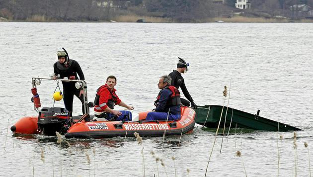Die Einsatzkräfte bei der Bergung des gekenterten Bootes (Bild: APA/MANFRED FESL)