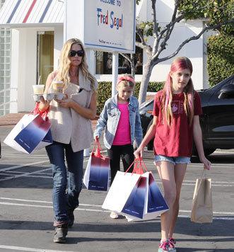 Denise Richards mit Tochter Sam mit pinken Strähnen und Tochter Lola nach einem ausgiebigen Einkauf. (Bild: Viennareport)