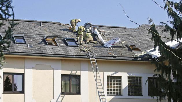 Flugzeug kracht in Schulgebäude: Zwei Insassen tot (Bild: APA/GERT EGGENBERGER)