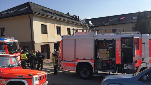 Flugzeug kracht in Schulgebäude: Zwei Insassen tot (Bild: Hannes Wallner)