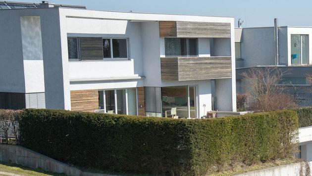 Aus diesem Haus stürzte das Mädchen fünf Meter aus dem Fenster in die Tiefe. (Bild: Werner Kerschbaummayr/foto-kerschi.at)