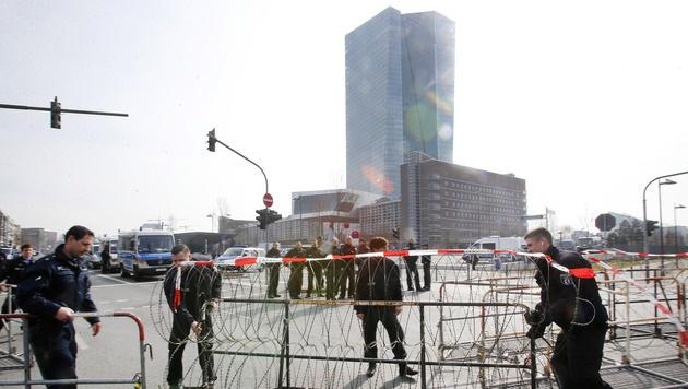 Der neue EZB-Sitz in Frankfurt wird vor den erwarteten Protesten abgeriegelt. (Bild: AP)