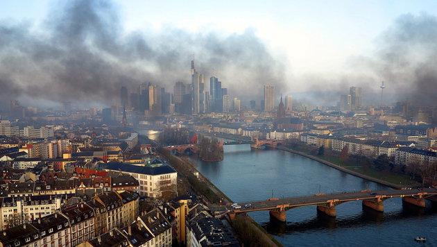 Rauchschwaden über der EU-Finanzhauptstadt Frankfurt infolge des Blockupy-Protests (Bild: APA/EPA/www.mainhattan-webcam.de/HANDOUT)