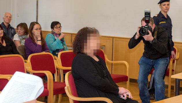 Die Angeklagte vor dem Prozess in Linz (Bild: APA/FOTOKERSCHI.AT)