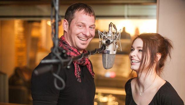Roxanne Rapp und Bernie Rieder feuern sich gegenseitig beim Miauen vor dem Mikrofon an. (Bild: Purina PetCare Austria/Philipp Lipiarski)
