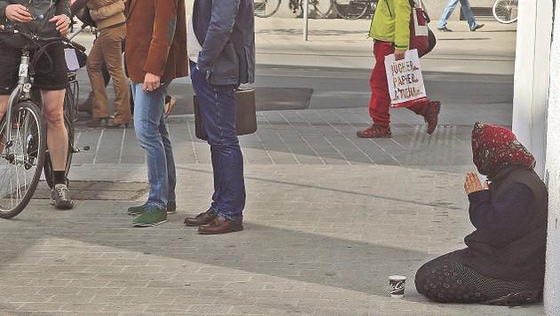 """Eine Bettlerin im """"Kampf"""" um ein paar Euro im Becher. (Bild: Franz Neumayr)"""