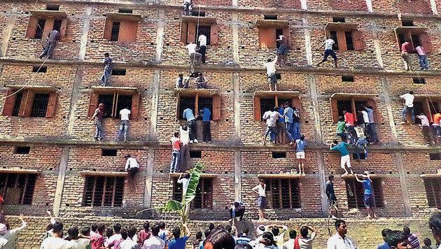 Schummeln in Indien: Die ganze Familie hilft mit (Bild: AP (Archivbild))