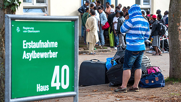 Heuer bereits 63.000 Asylanträge in Österreich (Bild: APA/EPA/MARC MUELLER)
