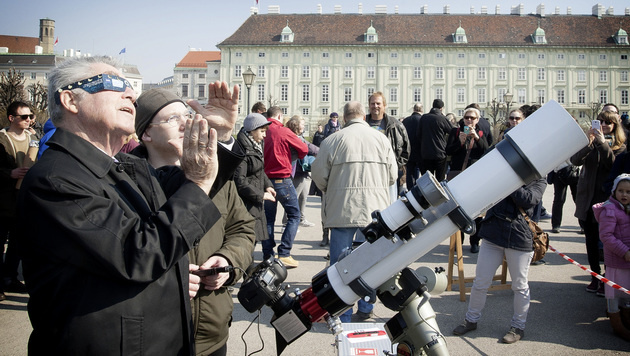 Auch unser Bundespräsident mischte sich unter die Schaulustigen in Wien. (Bild: APA/HBF/CARINA KARLOVITS)