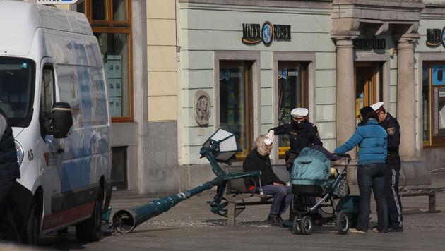 Von dieser Laterne wurde der 50-jährige Linzer am Kopf verletzt (Bild: Kronen Zeitung/Chris Koller)