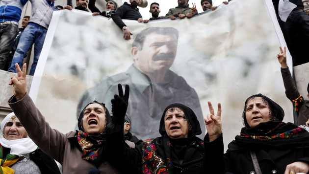 Für viele Kurden ist der inhaftierte PKK-Gründer Abdullah Öcalan ein Volksheld. (Bild: APA/EPA/SEDAT SUNA)