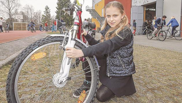 Natalia freut sich über ein neues Rad. Ihr Altes ist zu klein, macht nun ein anderes Kind glücklich. (Bild: Markus TSchepp)