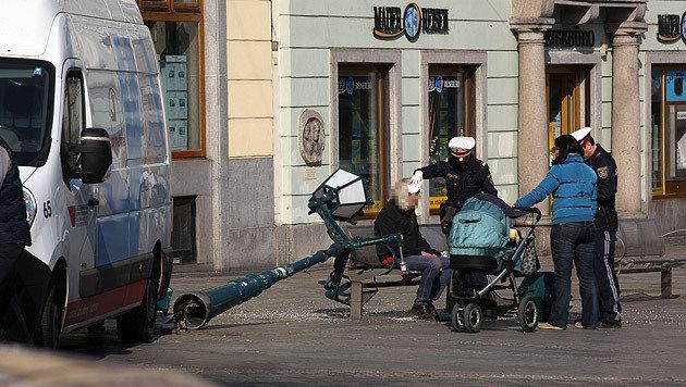 Die Straßenlaterne traf einen Mann am Kopf, der gerade auf einer Bank saß und die Sonne genoss. (Bild: Chris Koller)