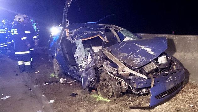 Der Wagen wurde beim Unfall völlig zerstört. Der Lenker starb, die beiden Mitfahrer wurden verletzt. (Bild: APA/FOTOKERSCHI.AT/BERTHOLD)