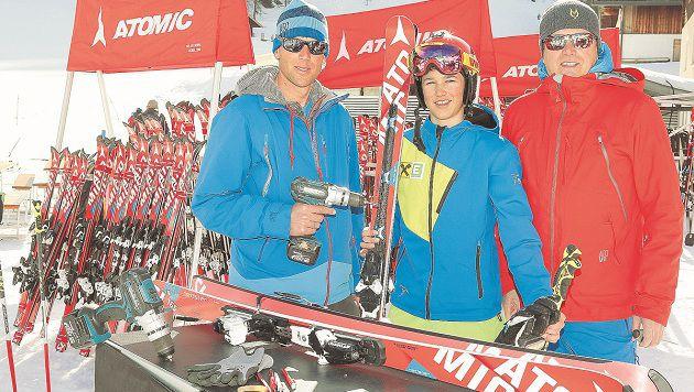 Mitarbeiter der Skifirma Atomic brachten 150 Paar Ski zum Testen vor Ort. (Bild: Gerhard Schiel)