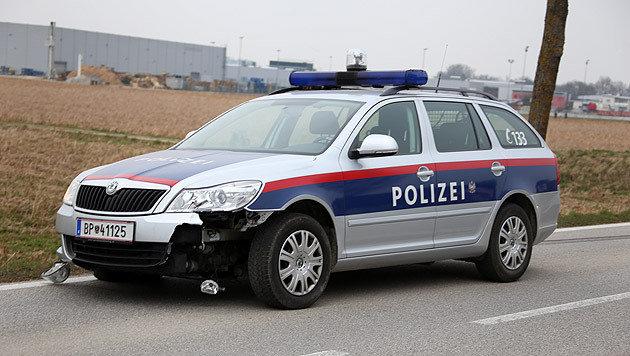 Das ramponierte Polizeiauto (Bild: laumat.at)