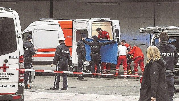 Rettungskräfte bargen den schwer verletzten Nordafrikaner, der mit dem Leben rang. (Bild: Markus Tschepp)