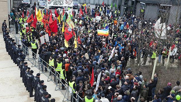 Rund 650 Gegendemonstranten standen rund 100 Pegida-Anhängern am Kornmarktplatz gegenüber. (Bild: APA/DIETMAR MATHIS)