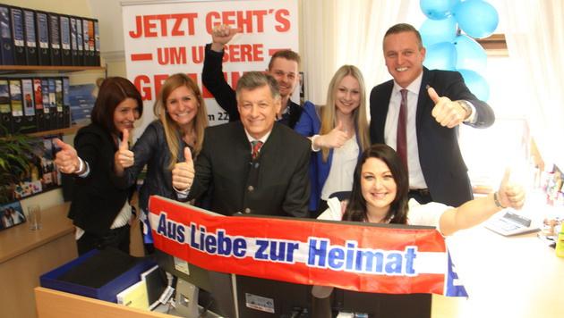 Partystimmung bei der steirischen FPÖ um Gerhard Kurzmann (Mitte) und Mario Kunasek (rechts) (Bild: Christian Jauschowetz)