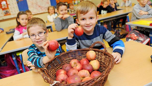 Wenn die Erwachsenen Obst essen, greifen auch die Kinder gerne zu (Bild: Markus Wenzel)