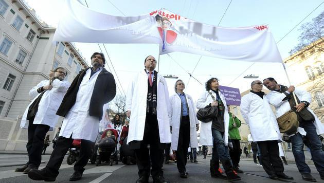 Spitalsärzte: Gespräche brachten Teileinigung (Bild: APA/HERBERT PFARRHOFER)