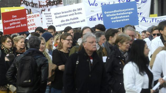 Wien: 2.000 Spitalsärzte bei Demo gegen Sparpläne (Bild: APA/HERBERT PFARRHOFER)
