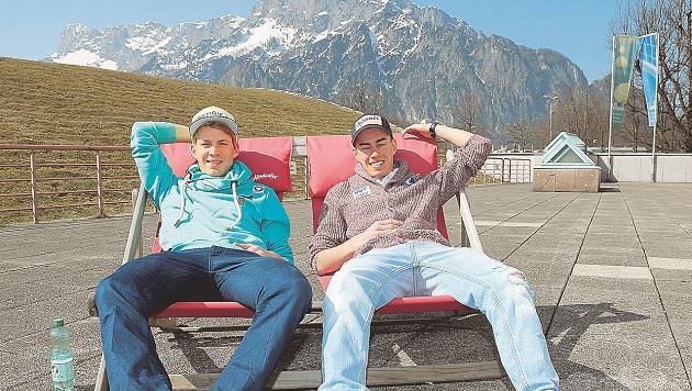 Österreichs Superadler Michael Hayböck (links) und Stefan Kraft beim Sonnenbad im Stützpunkt Rif (Bild: Andreas Tröster)