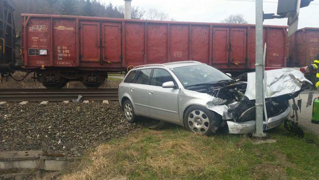 In letzter Sekunde konnten sich die Frauen aus dem Auto retten. (Bild: FF Krumpendorf)