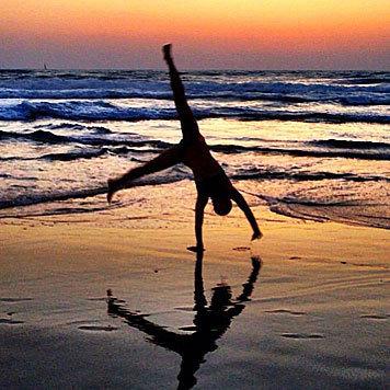 Bar Refaeli überschlägt sich vor Freude, am Meer zu sein. (Bild: Viennareport)