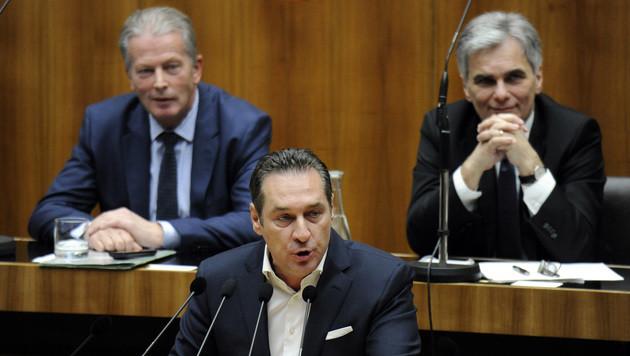 FPÖ im Bund fünf Prozentpunkte vor SPÖ und ÖVP (Bild: APA/HERBERT PFARRHOFER)