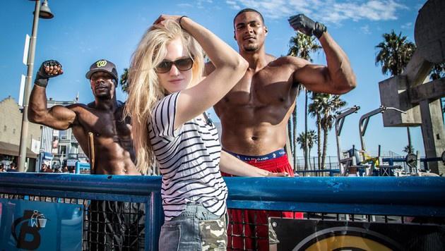 Larissa Marolt posiert mit zwei Bodybuildern am Venice Beach. (Bild: RTL/Frank Fastner)